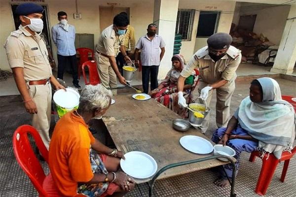 Corona Virus: लॉकडाउन में कोई न रहे भूखा, नक्सल प्रभावित इलाकों में पुलिस लोगों को खिला रही खाना