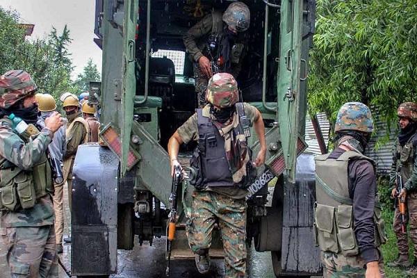 कुलगाम में सुरक्षाबलों और आतंकियों के बीच मुठभेड़, जम्मू से एक जैश आतंकी गिरफ्तार