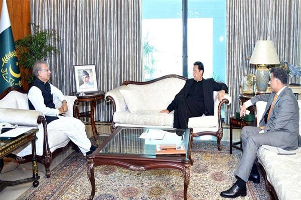 नियंत्रण रेखा पर भारतीय सेना की कर्रवाई से बढ़ी पाकिस्तान की टेंशन, इमरान खान ने ISI चीफ के साथ राष्ट्रपति से की मुलाकात