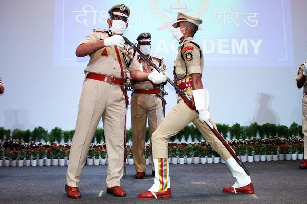 देश सेवा के जज्बे के साथ CRPF में शामिल हुए युवा अधिकारी, डीजी डॉ. एपी माहेश्वरी ने दी बधाई