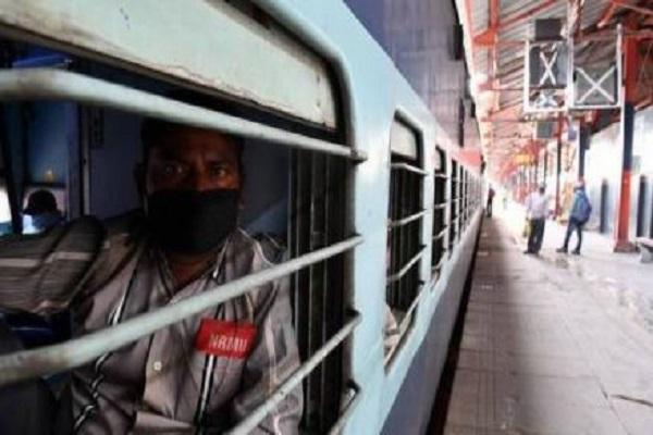 लॉकडाउन में चली पहली स्पेशल ट्रेन, तेलंगाना से 1200 प्रवासी मजदूरों को लेकर हुई रवाना