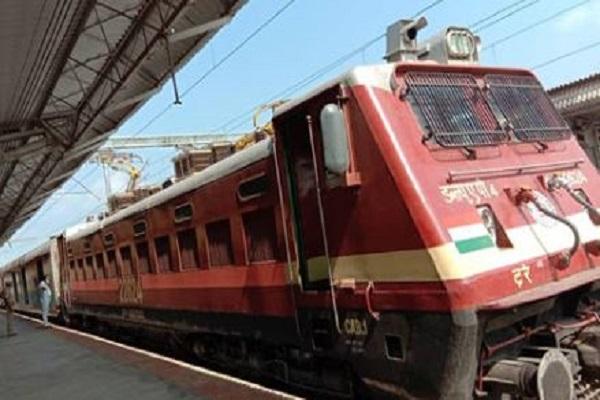 गृह मंत्रालय ने रेलवे को दी मंजूरी, लॉकडाउन में फंसे लोगों के लिए चलेंगी स्पेशल ट्रेनें