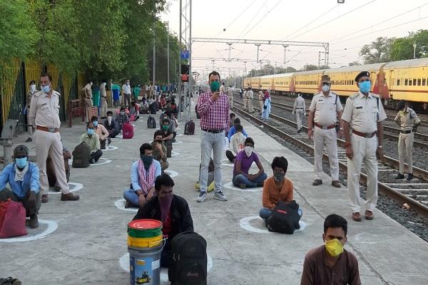 Lock Down: फंसे हुए लोगों के लिए चलाई गई स्पेशल ट्रेन, श्रमिकों में दिखा उत्साह