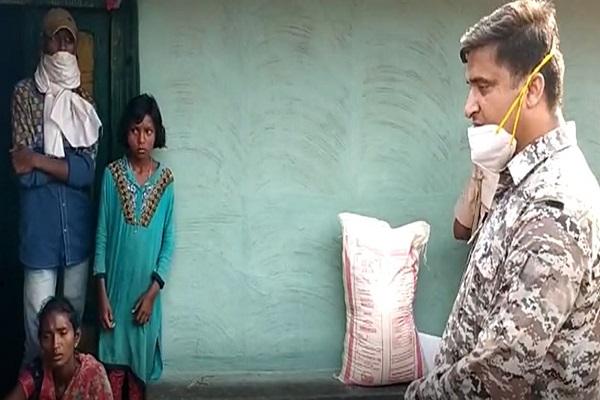 झारखंड: गिरिडीह पुलिस ने जीता नक्सल इलाके के लोगों का दिल, करोना लॉकडाउन में थामा दिवंगत जवान के परिवार का हाथ