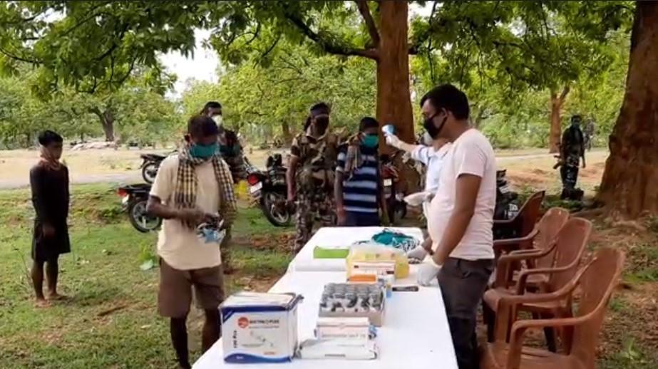 भूखमरी के कागार पर खड़े आदिवासियों के लिए मसीहा बनी गिरिडीह पुलिस, नक्सली इलाके में बांटे राशन और मास्क