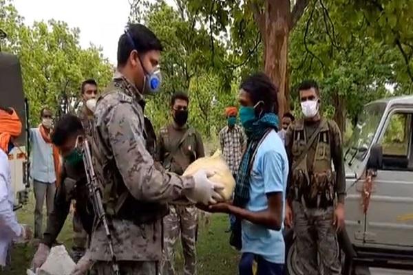झारखंड: लॉकडाउन में गिरिडीह पुलिस निभा रही फर्ज, जिले के धुर नक्सल इलाकों में बांटे राशन