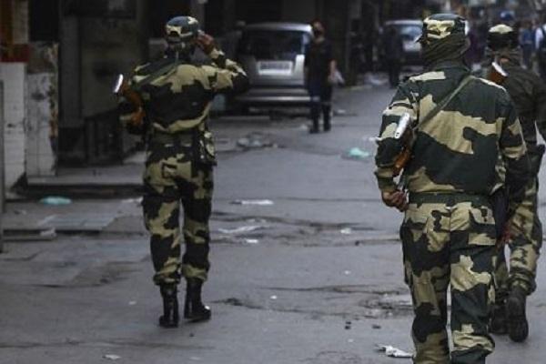 जम्मू-कश्मीर के कुलगाम में सुरक्षाबलों ने दो आतंकवादियों को मार गिराया, दो जवान घायल