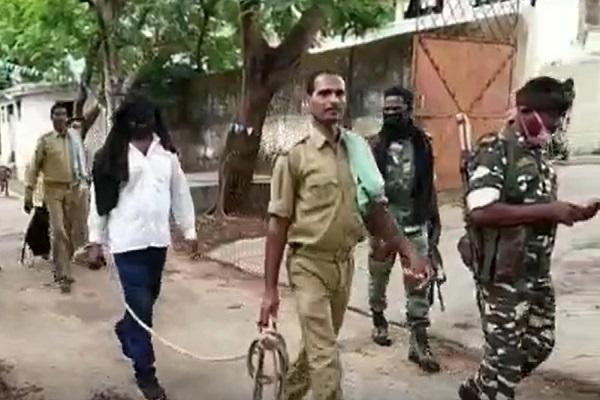 Jharkhand: चतरा पुलिस के हत्थे चढ़ा हत्या और लूट का आरोपी नक्सली, पहले भी काट चुका है 13 साल की सजा