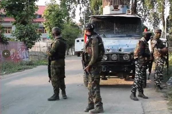 जम्मू-कश्मीर: पुलवामा में एनकाउंटर, सुरक्षाबलों ने दो आतंकियों को मार गिराया; सीआरपीएफ का जवान शहीद