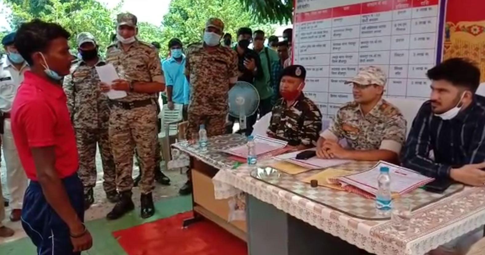 Chhattisgarh: Dantewada में 4 इनामी सहित 18 नक्सलियों ने किया सरेंडर