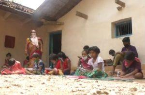 Naxal Affected Bastar में अनोखी पहल, कोरोना काल में घर बैठे लाउडस्पीकर से पढ़ाई कर रहे बच्चे