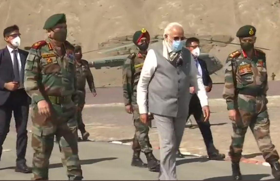 PM Modi in Ladakh: लेह पहुंचे पीएम मोदी, CDS जनरल बिपिन रावत भी मौजूद, यहीं हुई थी चीन से झड़प