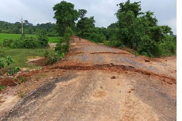 छत्तीसगढ़ दंतेवाड़ा में नक्सलियों ने सड़क को काटा, 13 साल के लंबे इंतजार के बाद ग्रामीणों के लिए बन पाई थी