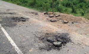 झारखंड: चाईबासा में नक्सलियों का उपद्रव, लैंडमाइंस बिछाकर उड़ाई सड़क