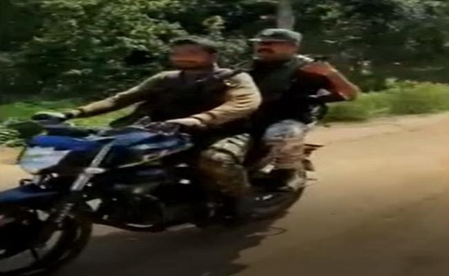 शहीदी सप्ताह में नक्सली दे सकते हैं बड़ी वारदात को अंजाम, बस्तर आईजी ने खुद संभाली कमान, बाइक से निकले सर्चिंग पर