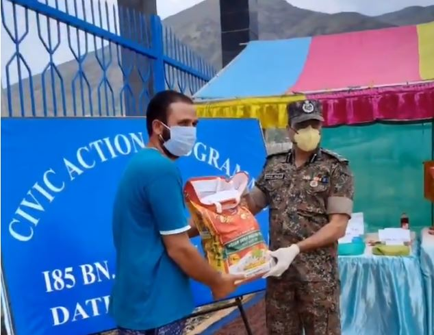 जम्मू-कश्मीर: CRPF का मानवीय चेहरा, ईद पर बांटे राशन के पैकेट