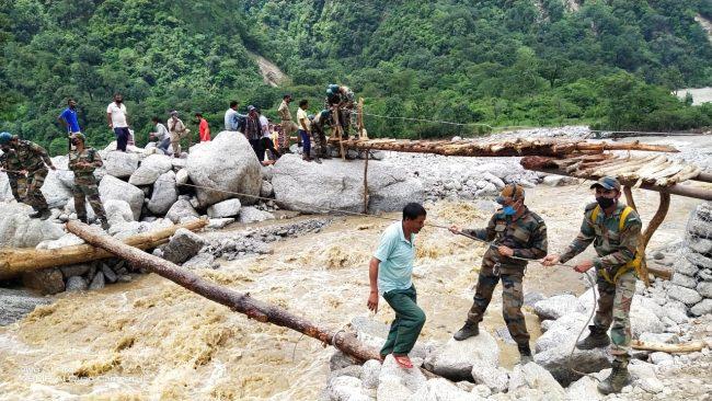 उत्तराखंड: भूस्खलन प्रभावित क्षेत्रों में सेना का रेस्क्यू ऑपरेशन, बड़ी संख्या में ग्रामीणों को निकाला
