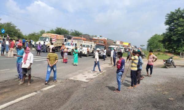 झारखंड: बिरसा मुंडा की प्रतिमा क्षतिग्रस्त, ग्रामीणों ने रांची-पटना हाईवे किया जाम