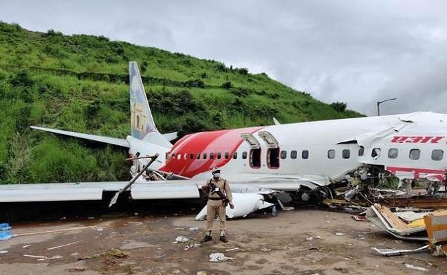 Kozhikode Plane Crash: केरल के कोझिकोड में भयानक विमान हादसा, देखें तस्वीरों में…
