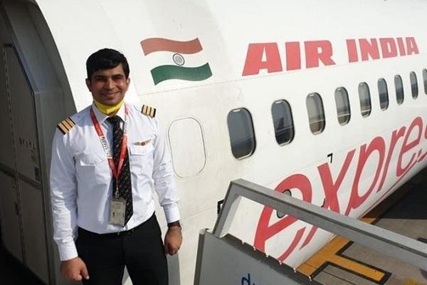 केरल विमान हादसा: को-पायलट अखिलेश शर्मा का अंतिम संस्कार हुआ, 10 दिन बाद होनी है पत्नी की डिलीवरी