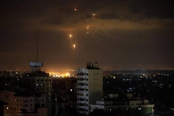 इजरायल ने हमास के ठिकानों पर किए ताबड़तोड़ हवाई हमले, फ्यूल शिपमेंट और गाजा पट्टी से सटी सीमाओं को भी किया सील