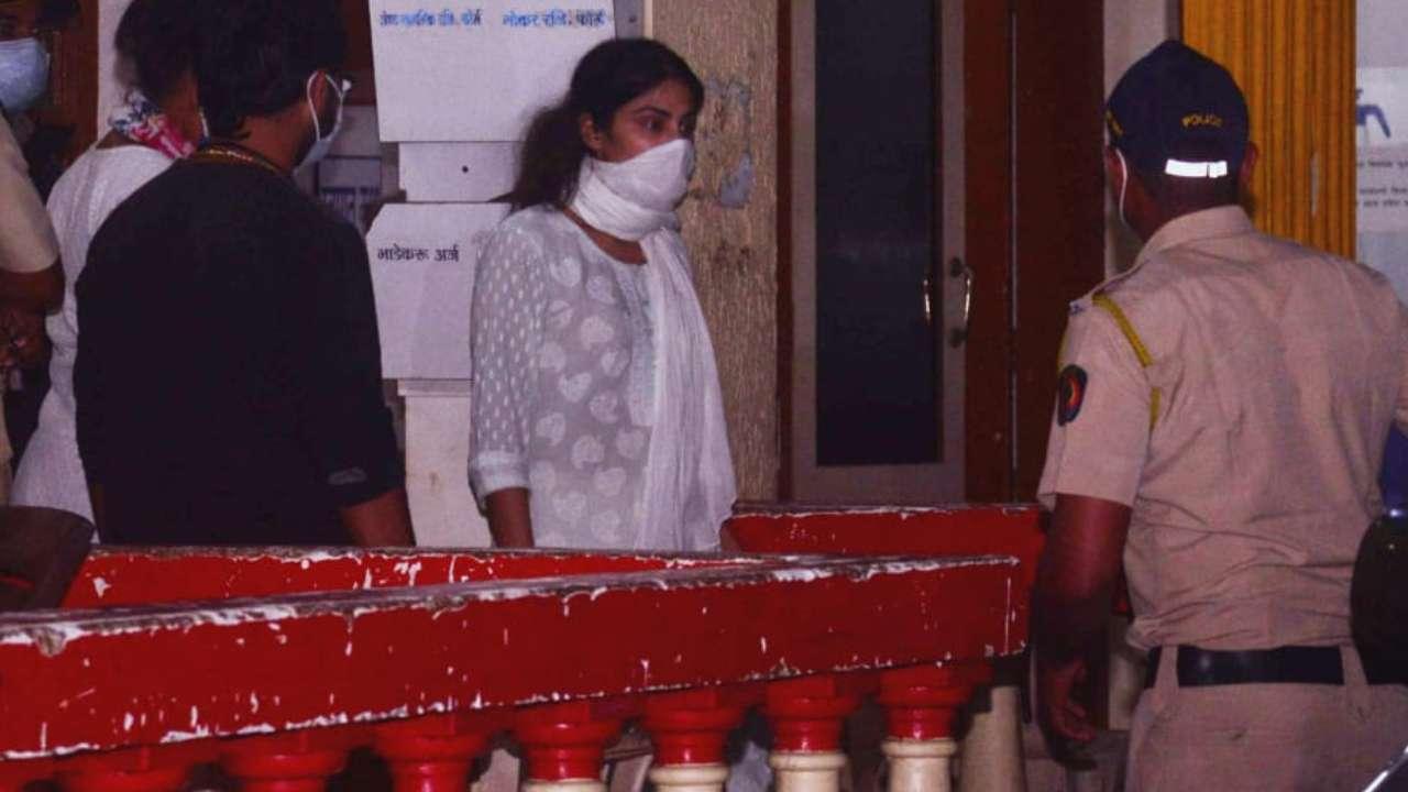 सुशांत सिंह राजपूत डेथ मिस्ट्री: CBI पूछताछ में रिया दे रही हैं गोल–मोल जवाब, बौखलाहट में अधिकारियों से किया ये व्यवहार