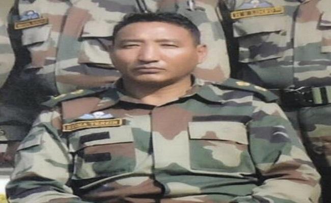 घर पहुंचा ऑफिसर नीमा तेंजिन का तिरंगे में लिपटा शव, पैंगोंग झील इलाके में हुए थे शहीद