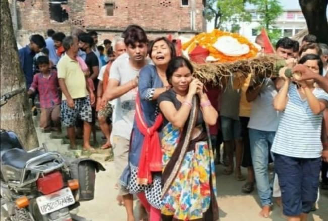 उत्तर प्रदेश: देवरिया में बेटियों ने निभाया बेटे का फर्ज, पिता की अर्थी को दिया कंधा और किया अंतिम संस्कार