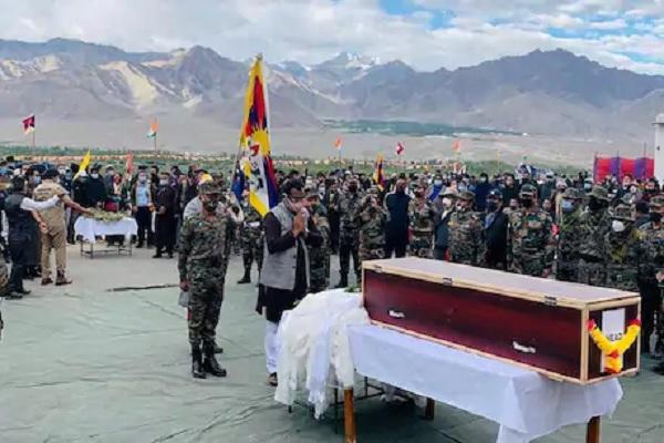 शहीद कमांडो नीमा तेंजिन की अंतिम विदाई में उमड़ा जनसैलाब, बीजेपी नेता राम माधव भी पहुंचे