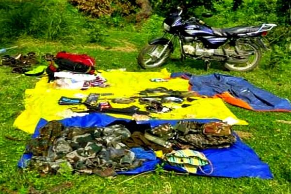 झारखंड: नक्सलियों और सुरक्षाबलों के बीच मुठभेड़, भारी मात्रा में हथियार बरामद