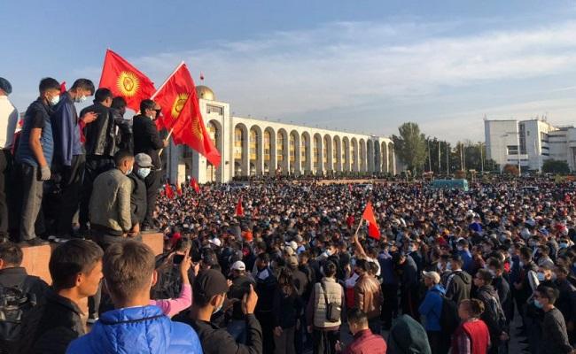 किर्गिस्तान की संसद में घुसे प्रदर्शनकारी; आम चुनाव में गड़बड़ी के आरोप, नतीजे रद्द