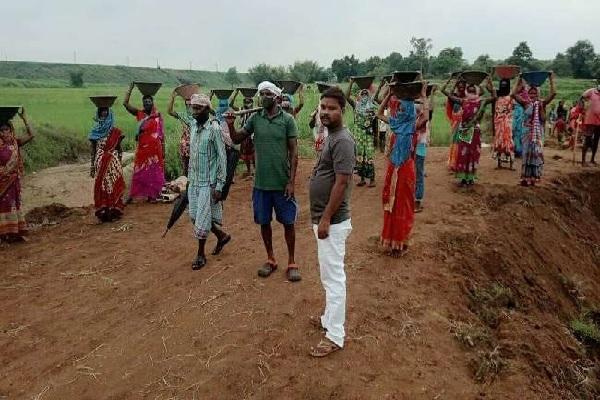 झारखंड: सिस्टम ने नहीं सुनी तो खुद फावड़ा लेकर निकल पड़े ग्रामीण, बना डाली सड़क