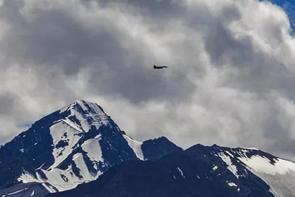 Ladakh: कड़ाके की ठंड नहीं झेल पा रहे चीनी सैनिक, गंवानी पड़ रही जान, जानें पूरा मामला