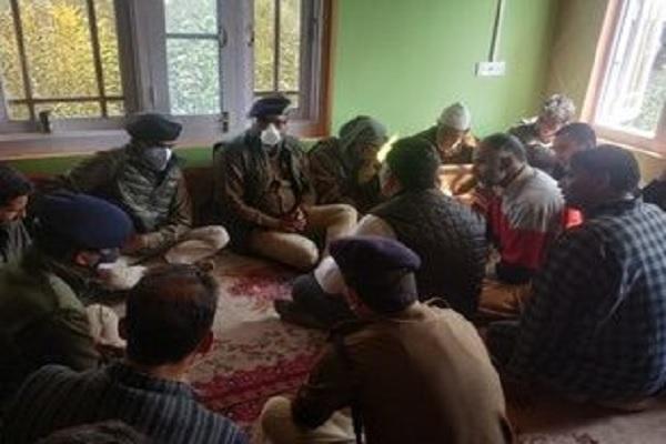 जम्मू कश्मीर: आतंकी हमले में शहीद इंस्पेक्टर के घर पहुंचे सीनियर अधिकारी, किया हर मदद का वादा