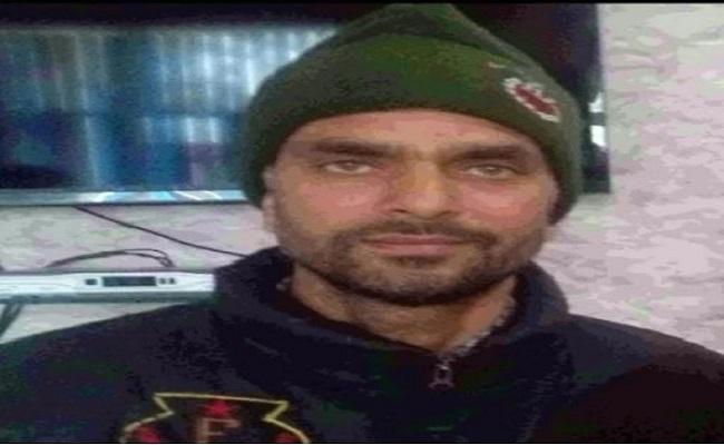 Jammu-Kashmir: डीजीपी दिलबाग सिंह को देखते ही बिलख पड़ी शहीद अशरफ की बेटी, देखें तस्वीरें