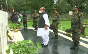PHOTOS: रक्षा मंत्री राजनाथ सिंह ने की शस्त्र पूजा, सुकना वार मेमोरियल में अर्पित की श्रद्धांजलि
