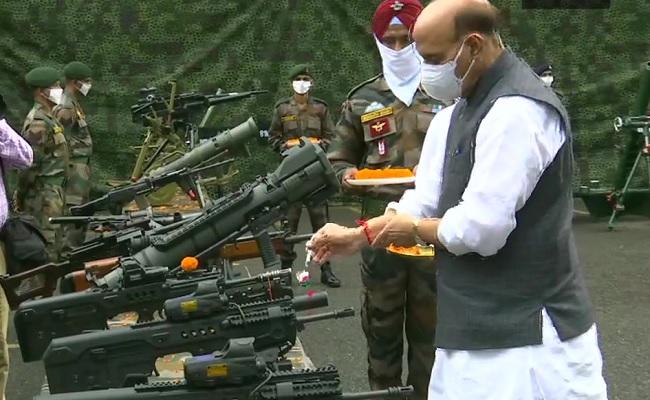 विजयादशमी के मौके पर राजनाथ सिंह ने किया शस्त्र पूजन, चीन से सीमा विवाद पर दिया ये बयान