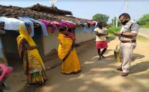Jharkhand: पुलिस संस्मरण दिवस सप्ताह के मौके पर शहीदों के परिवार से मिल रही पुलिस