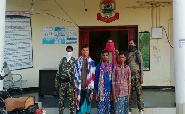 छत्तीसगढ़: बीजापुर में पुलिस को बड़ी कामयाबी मिली, 4 नक्सली गिरफ्तार, नक्सली सामान बरामद