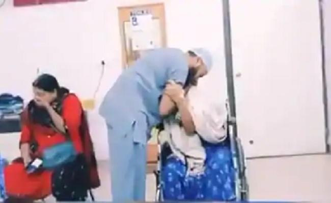 डॉक्टर ने शहीद की बूढ़ी मां से नहीं ली फीस, पूर्व सीएम ने शेयर किया भावुक करने वाला ये VIDEO