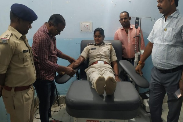 झारखंड: महिला पुलिस अधिकारी ने ब्लड डोनेट करके बचाई मरीज की जान