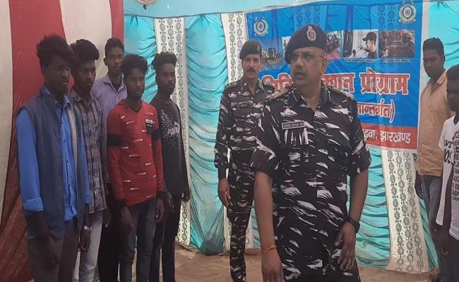 झारखंड:  ग्रामीणों को नक्सलवाद के रास्ते पर जाने से रोकने के लिए CRPF ने शुरू की ये पहल
