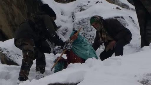 कश्मीर में एक बार फिर देवदूत की भूमिका में भारतीय सेना, 10 लोगों को मौत के मुंह से सकुशल बचाया