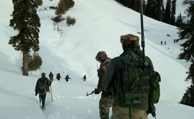 जम्मू कश्मीर: कुपवाड़ा में हिमस्खलन की चपेट में आए जवान, एक सैनिक शहीद, 2 घायल