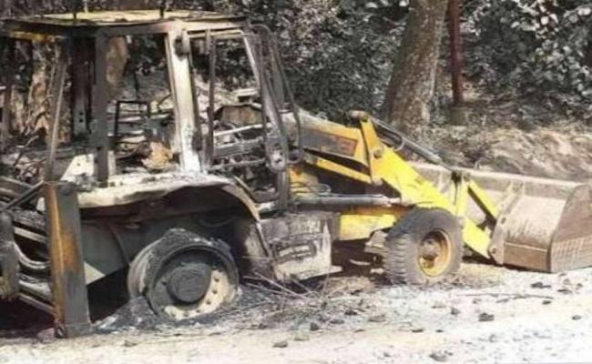 झारखंड: गिरीडीह के बिरनी में नक्सलियों की हिमाकत, निर्माण कार्य में लगी मशीनों को जलाया