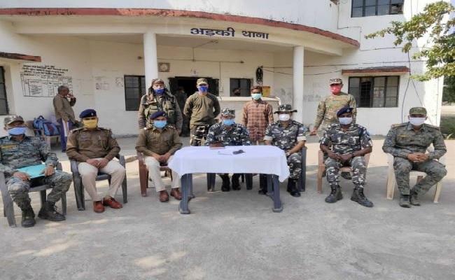 झारखंड: PLFI का एरिया कमांडर बिरसा मुंडा गिरफ्तार, हथियार और नक्सल सामग्री बरामद