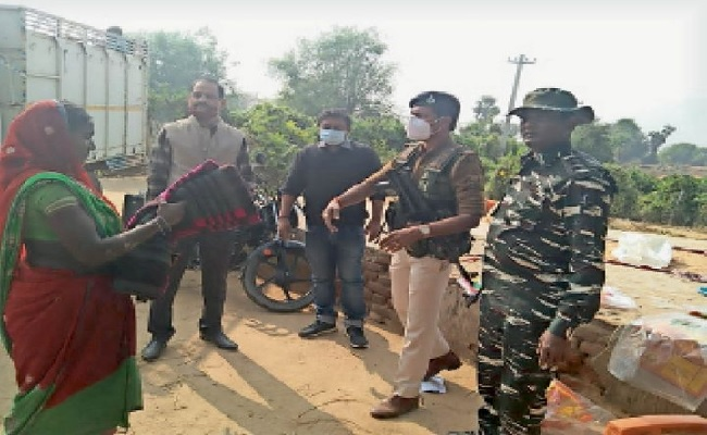 बिहार: नक्सली इलाके में एसपी ने चलाया जागरुकता अभियान, ग्रामीणों में बांटे 150 कंबल