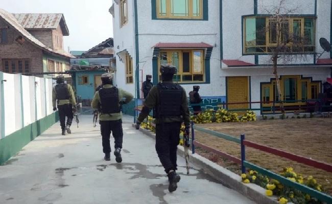 जम्मू-कश्मीरः PDP नेता के घर पर आतंकी हमला, एक PSO की मौत, हमलावर फरार