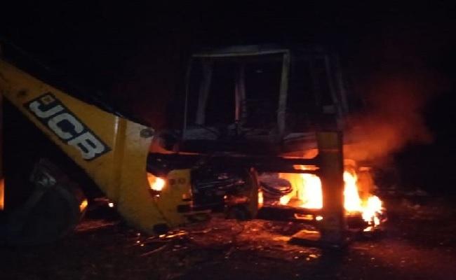 छत्तीसगढ़: बीजापुर में नक्सलियों ने मचाया उत्पात, 2 जेसीबी में लगाई आग, रोका ये प्रोजेक्ट