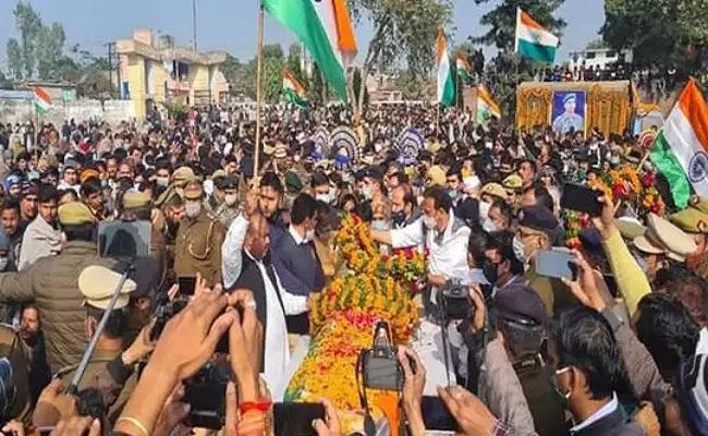 यूपी: मुजफ्फरनगर में शहीद CRPF अधिकारी के अंतिम संस्कार में उमड़ा जनसैलाब, पत्नी ने की ये मांग